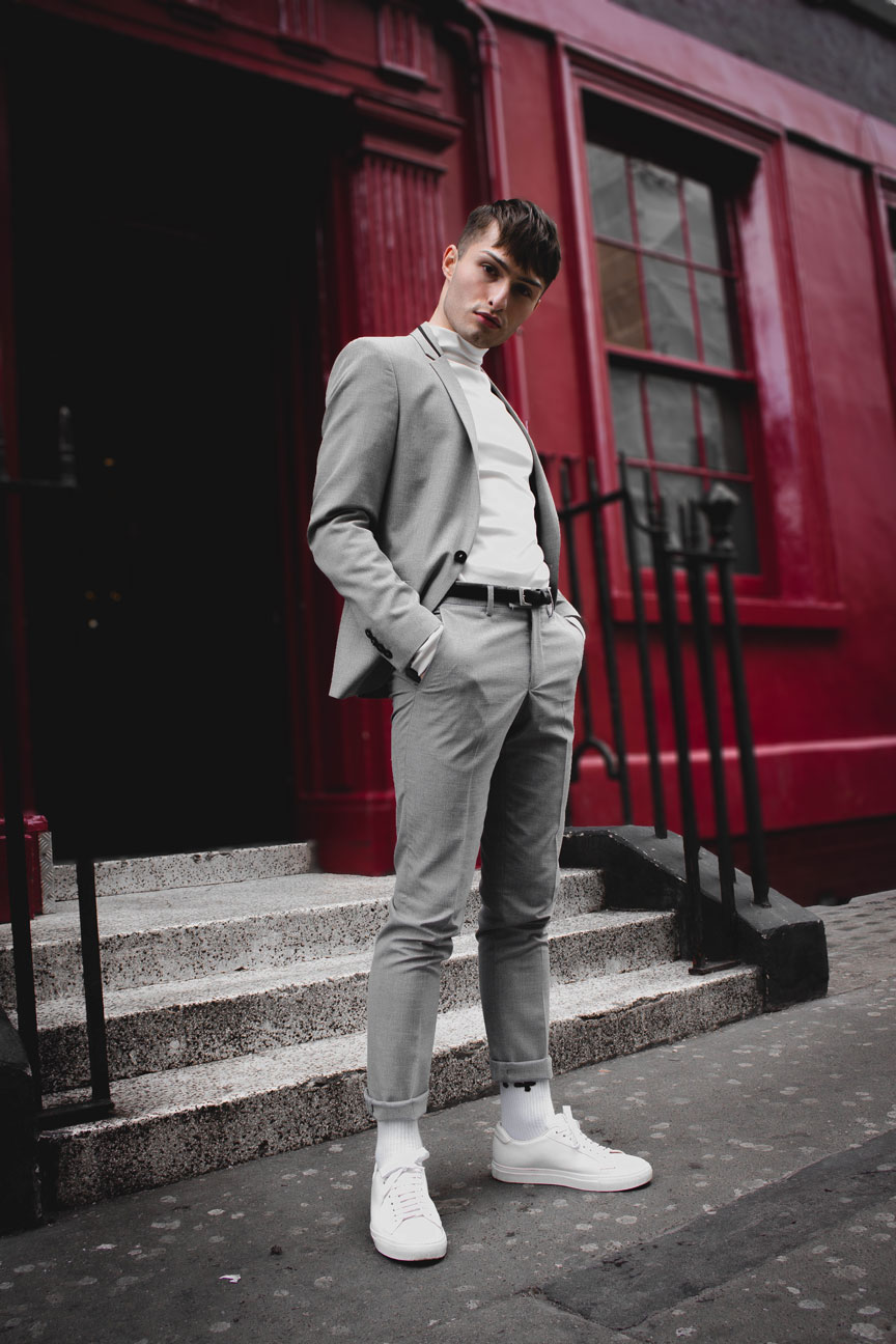 Anzüge im Sommer grauer Anzug Mister Matthew in London Soho rote Wand red Wall Fashionblog Streetstyle Look 2