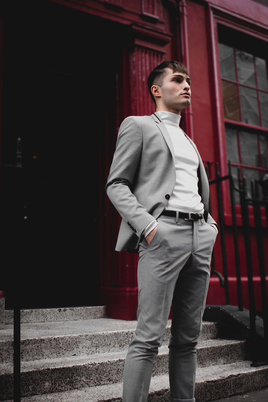 Anzüge im Sommer grauer Anzug Mister Matthew in London Soho rote Wand red Wall Fashionblog Streetstyle Look 3