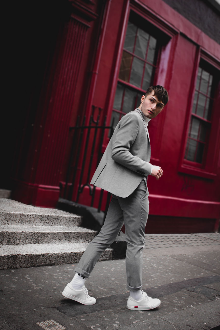 Anzüge im Sommer grauer Anzug Mister Matthew in London Soho rote Wand red Wall Fashionblog Streetstyle Look 4
