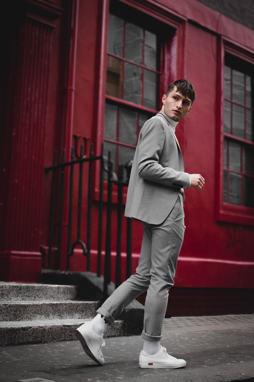 Anzüge im Sommer grauer Anzug Mister Matthew in London Soho rote Wand red Wall Fashionblog Streetstyle Look 5