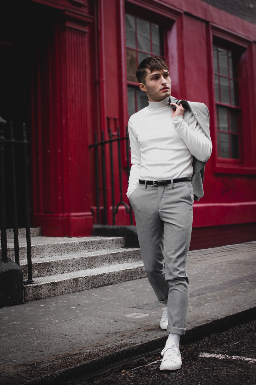 Anzüge im Sommer grauer Anzug Mister Matthew in London Soho rote Wand red Wall Fashionblog Streetstyle Look 6