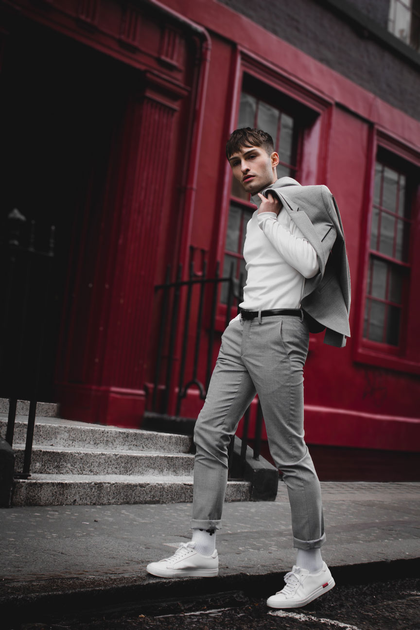 Anzüge im Sommer grauer Anzug Mister Matthew in London Soho rote Wand red Wall Fashionblog Streetstyle Look 7