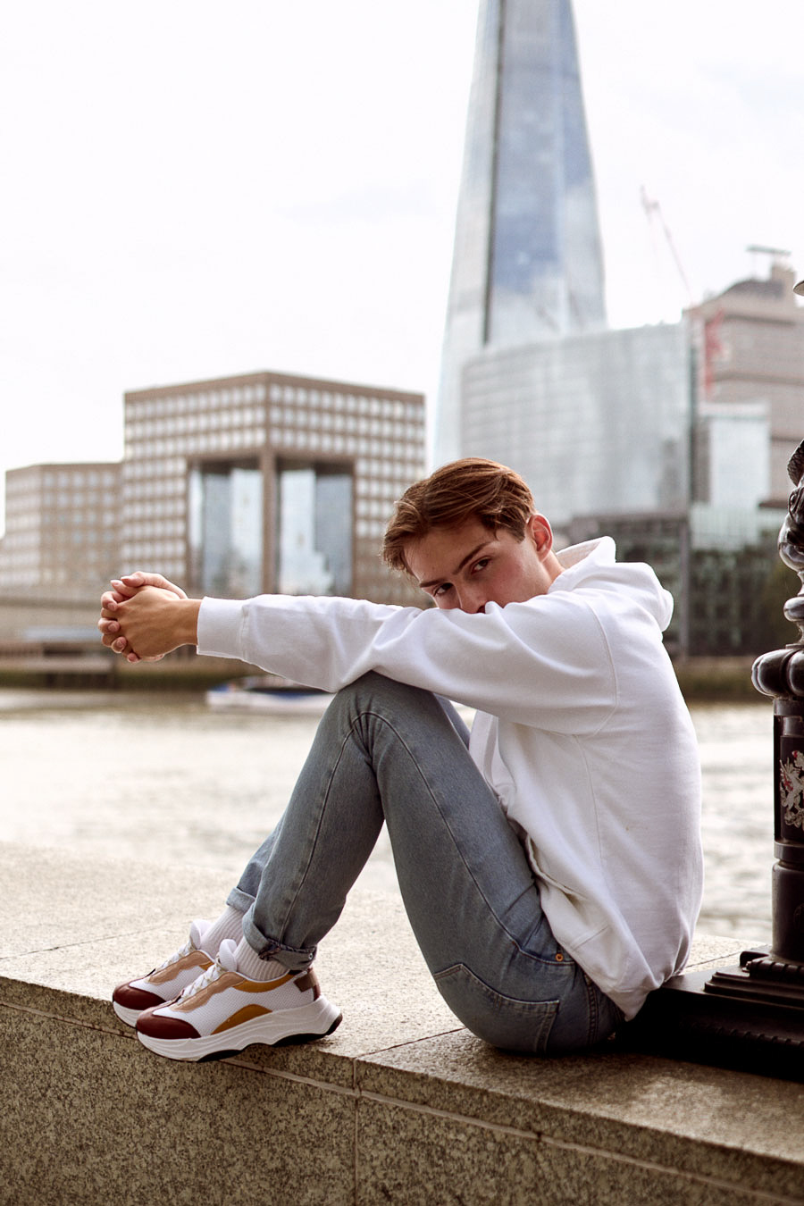 Hoodie und Sneaker Outfit | The Shard London | Shirtinator | Levis Jeans | 2