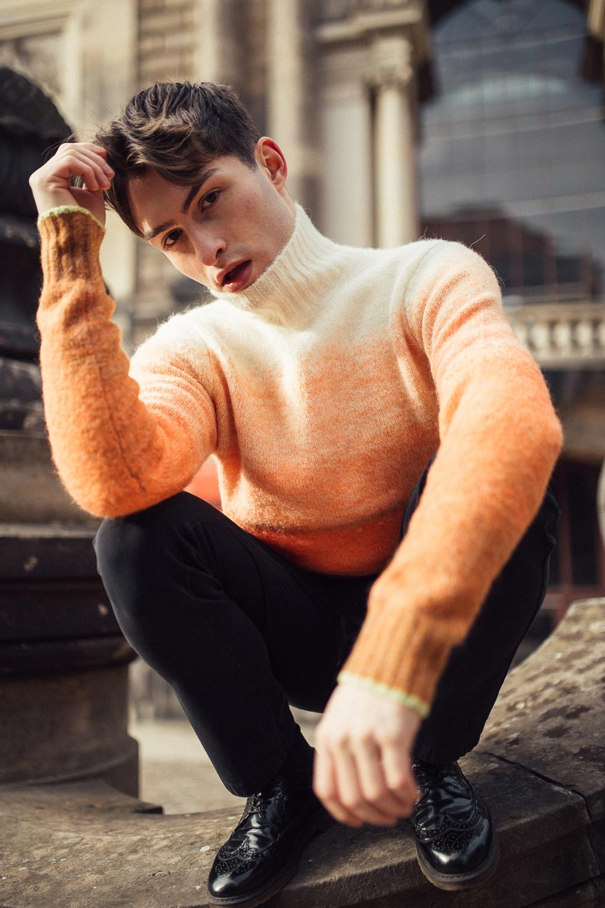 Rollkragenpullover in orange von Scotch and Soda.
